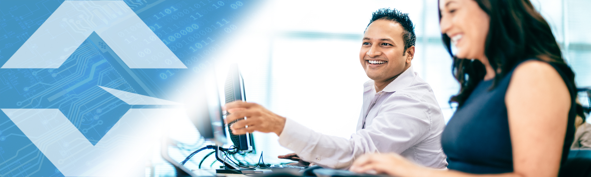 Gloresoft, Recruiting indische IT-Spezialisten; junger Mann und Frau lachend vor Computerbildschirm