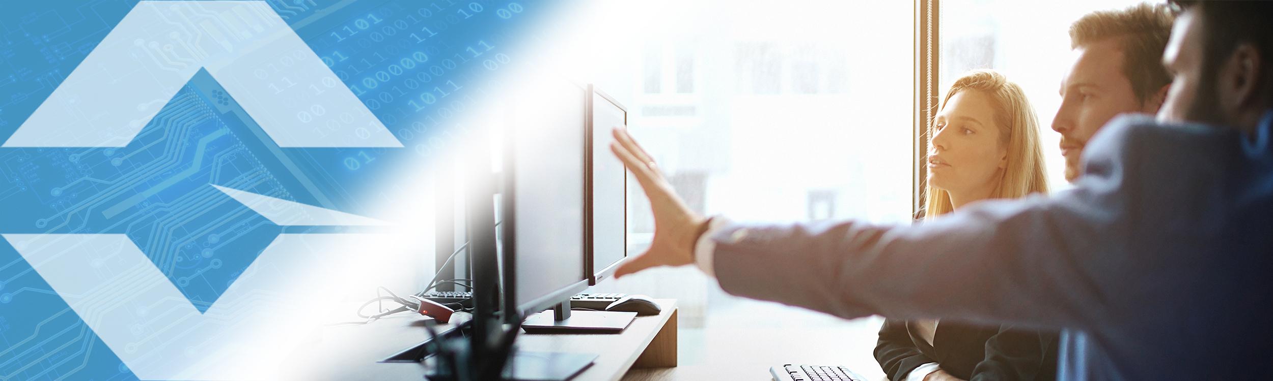 Gloresoft, Recruiting indische Java-Entwickler auf Zeit; drei junge Leute vor Computerbildschirm